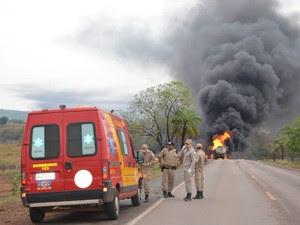 Bombeiros foram chamados para tentar conter as chamas causadas pela explosão na BR-153 (Foto: Elvecino Benício/Arquivo Pessoal)
