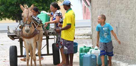 Moradores vivem rotina humilhante para conseguir água para a família / Diego Nigro