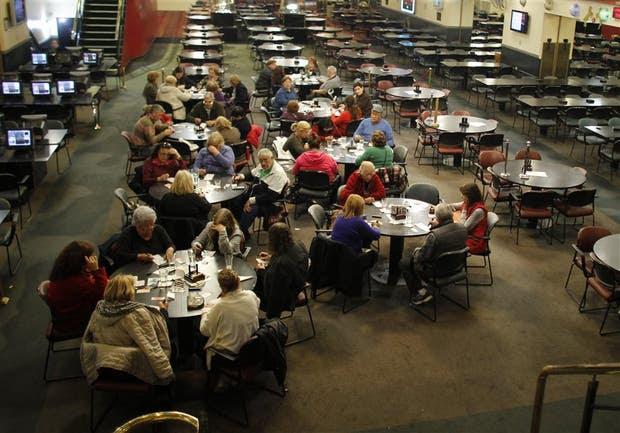 La última jugada en el bingo de Caballito, con las personas que se resistían a abandonar la sala