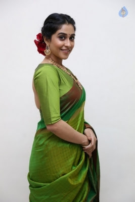Regina Cassandra Photos - 5 of 37