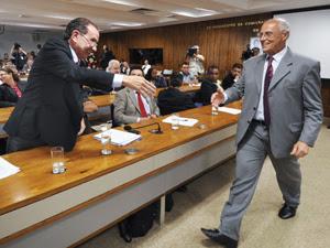 Após bate-boca, Eduardo Suplicy (PT-SP) e Aloysio Nunes (PSDB-SP) se cumprimentam em audiência na Comissão de Direitos Humanos sobre o Pinheirinho (Foto: Geraldo Magela/Agência Senado)