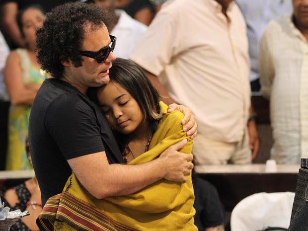 Maestro Forró abraça a filha caçula de Naná Vasconcelos, Luz Morena, no velório que acontece na Alepe nesta quarta-feira (9) (Foto: Aldo Carneiro / Pernambuco Press)