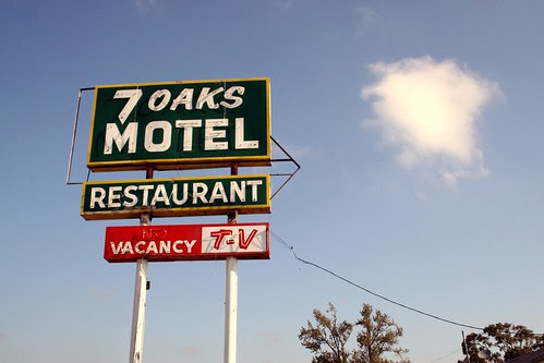 7 oaks motel sign