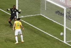 Fred marca terceiro gol do Brasil contra Camarões em Brasília. 23/06/2014. REUTERS/David Gray