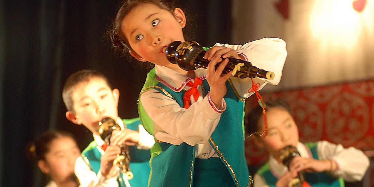 El húlusī, similar a una flauta, es un instrumento muy popular que se aprende a tocar desde muy joven.