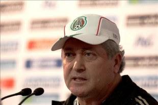 El director técnico de la selección mexicana de fútbol, Víctor Manuel Vucetich, habla hoy, lunes 30 de septiembre de 2013, en Ciudad de México. EFE