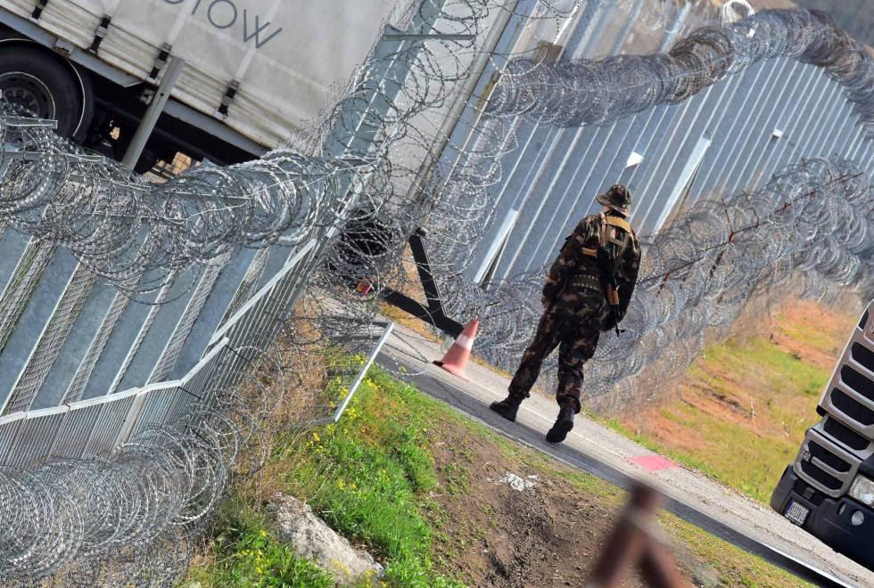 Un soldado húngaro patrulla la valla fronteriza en la estación de Tompa, el 6 de abril.
