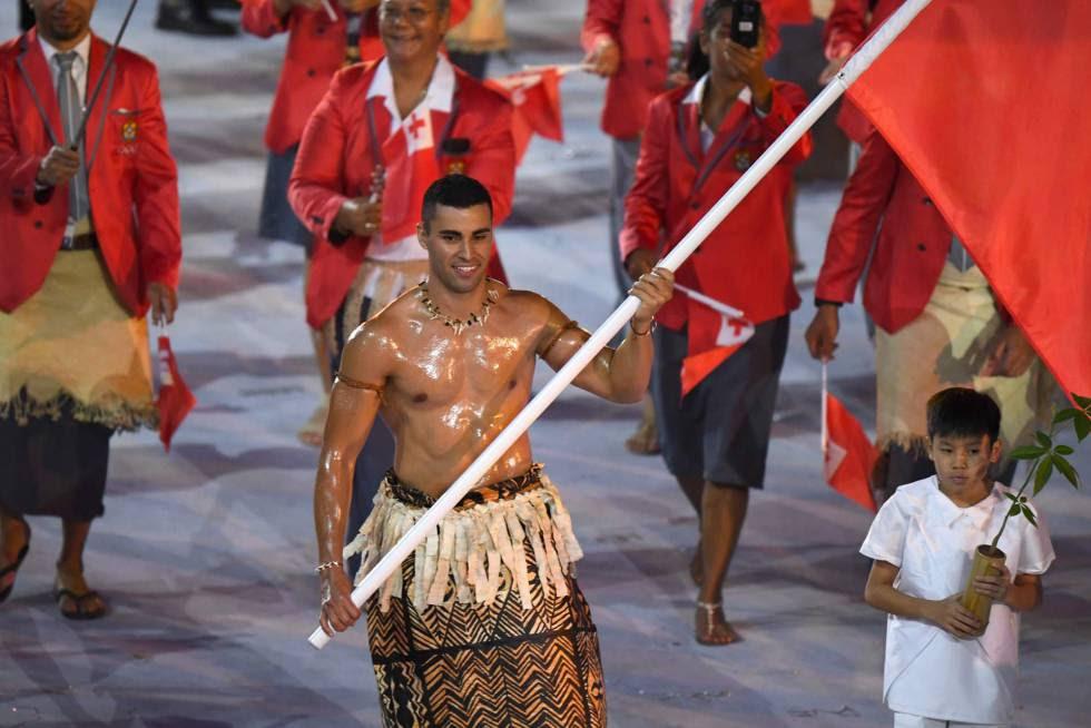 O torso besuntado do porta-bandeira de Tonga, o atleta Pita Taukatofua, o transformou em alvo de memes. rn