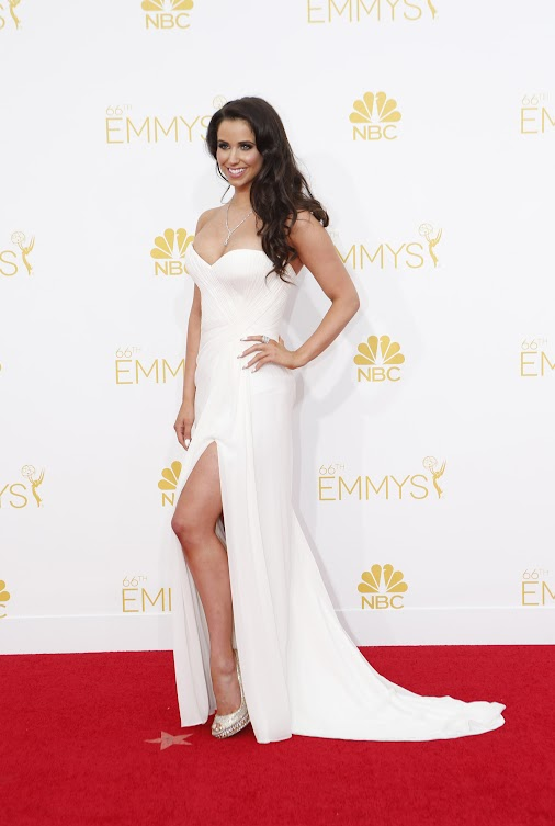 #EmmyAwards Arrivals via LA Times - #SydWilder looks stunning in her white gown! http://lat.ms/1tSDUwC...