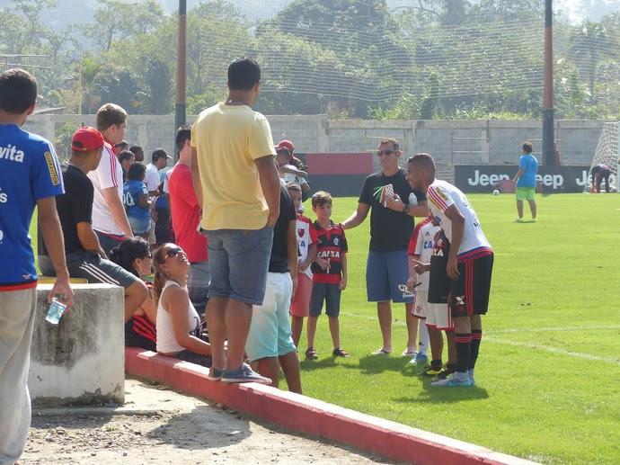Torcedores mirins posam com jogadores do Flamengo no Ninho do Urubu  (Foto: Jessica Mello/ GloboEsporte.com)