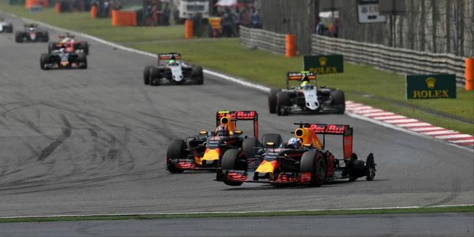 Daniel Ricciardo furou o pneu quando liderava GP da China (Foto: Divulgação )