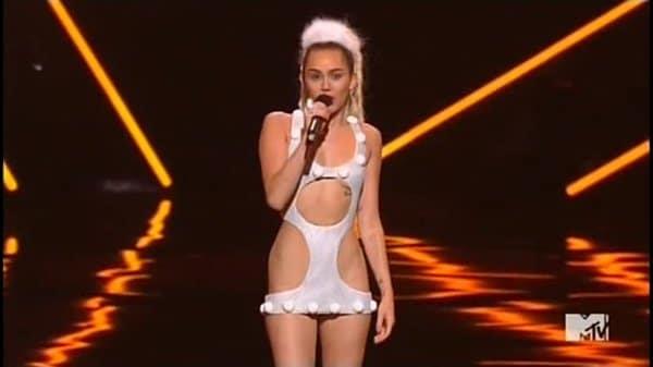 Pouco tempo depois de ver seu pai na platéia, Miley sai vestida assim.  Qual pai não gostaria de ver isso.