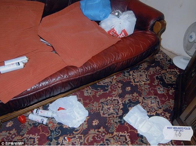 Τα κενά δοχεία αεροζόλ ρυπαίνεται όλο το σαλόνι.  Τα παιδιά είναι πλέον στη φροντίδα και τον πατέρα τους, επιμένει ότι προσπαθεί να πάρει μια λαβή για τον εθισμό του