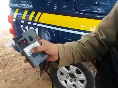 [VÍDEO] MOTOCICLISTA QUASE ATINGE O LIMITE MÁXIMO DO BAFÔMETRO EM APODI/RN
