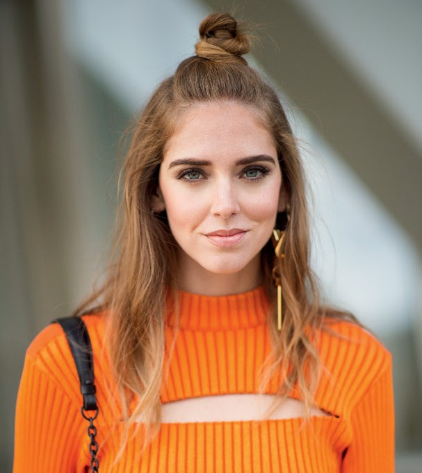 A top blogger Chiara Ferragni de meio coque (Foto: Getty Images)