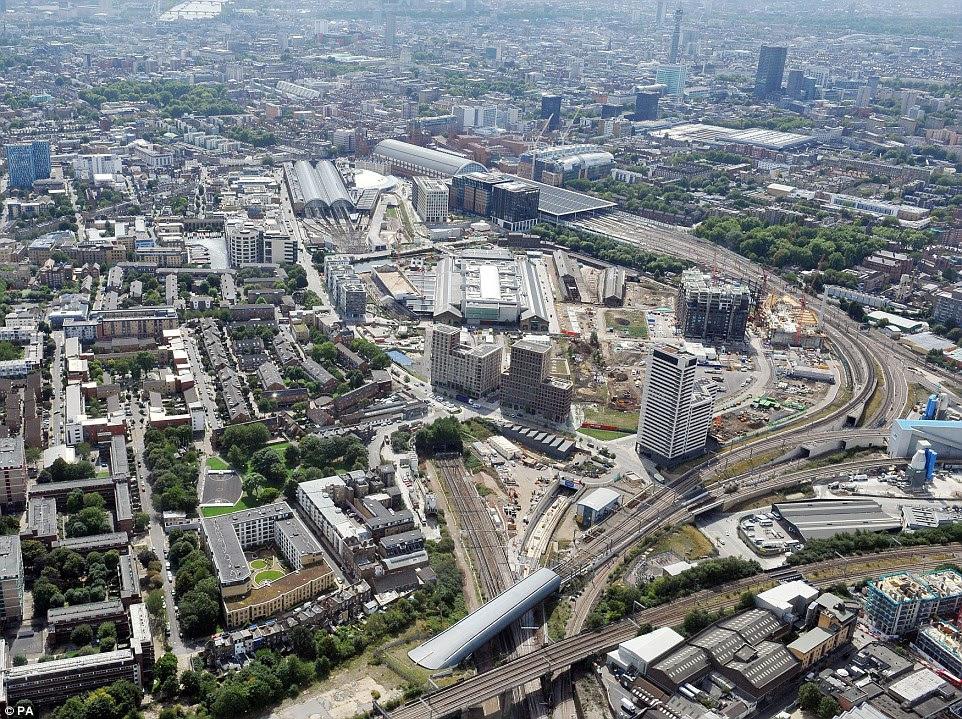 Μια άποψη του βασιλιά του Σταυρού (κέντρο αριστερά), St Pancras (κέντρο) και Euston (μεγάλη πλατεία οροφή δεξιά) και η νέα σήραγγα Thameslink Canal υπό κατασκευή