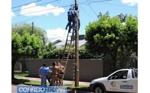 No Paraná, trabalhador desmaia e fica 'pendurado' em poste de energia elétrica