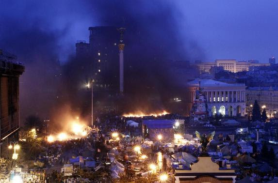 Smoke rises above burning barricades at Independence Square during anti-government protests in Kiev February 20, 2014. REUTERS-David Mdzinarishvili