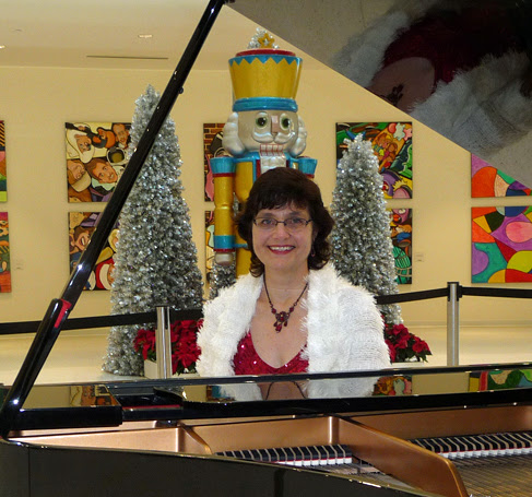 Holiday Pianist adds pizazz at Mall of America