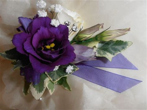 Ladies corsage from Flowers by Suzanne   hitched.co.uk