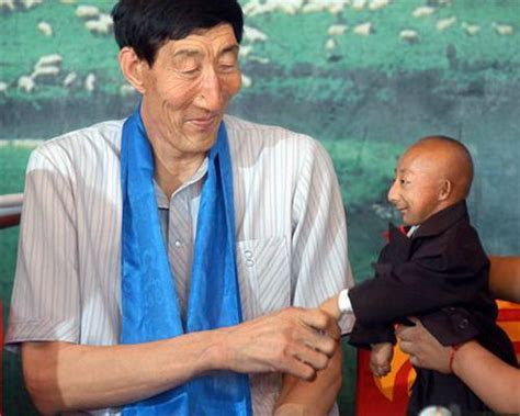 World's Tallest Man Meets Shortest