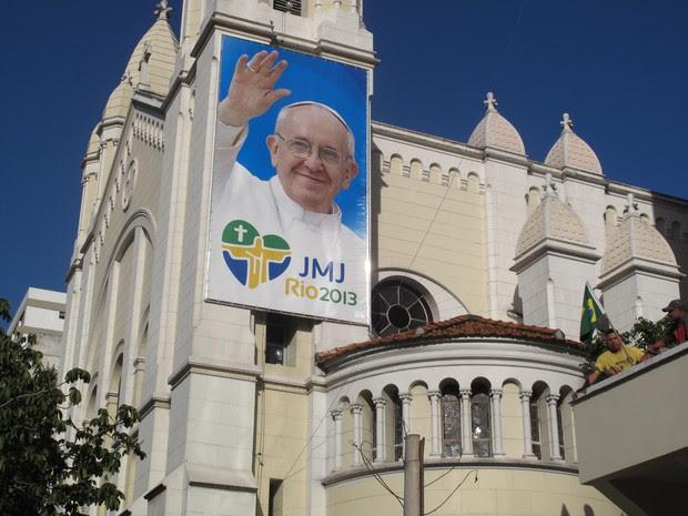 """A Igreja Nossa Senhora da Paz, em Ipanema, Zona Sul do Rio, expõe um banner do Papa Francisco desde quarta-feira (8). O pontífice visitará a """"Cidade Maravilhosa"""" em Julho, na Jornada Mundial da Juventude.  (Foto: Marcelo Elizardo/ G1)"""