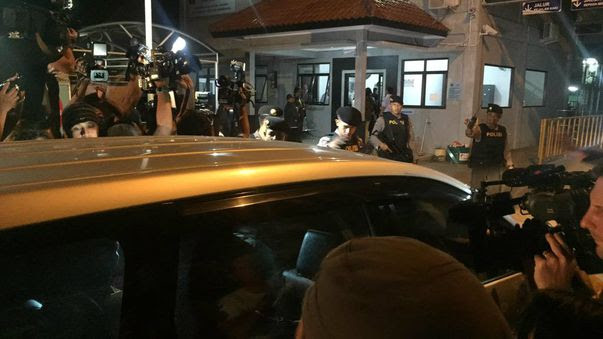 The chosen pastors of Andrew Chan and Myuran Sukumaran are mobbed by media as they are driven to Cilacap. (9NEWS)