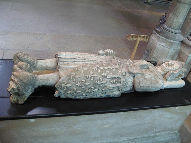 Jacente de um rei da França, basílica de Saint-Denis, Paris.