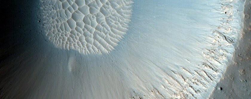 Cratera de milhares de anos que está sendo coberto por areia marciana (Foto: NASA/JPL/University of Arizona)