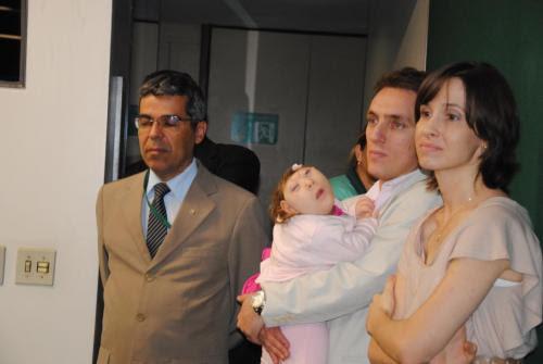 A pequena Vitoria e os pais