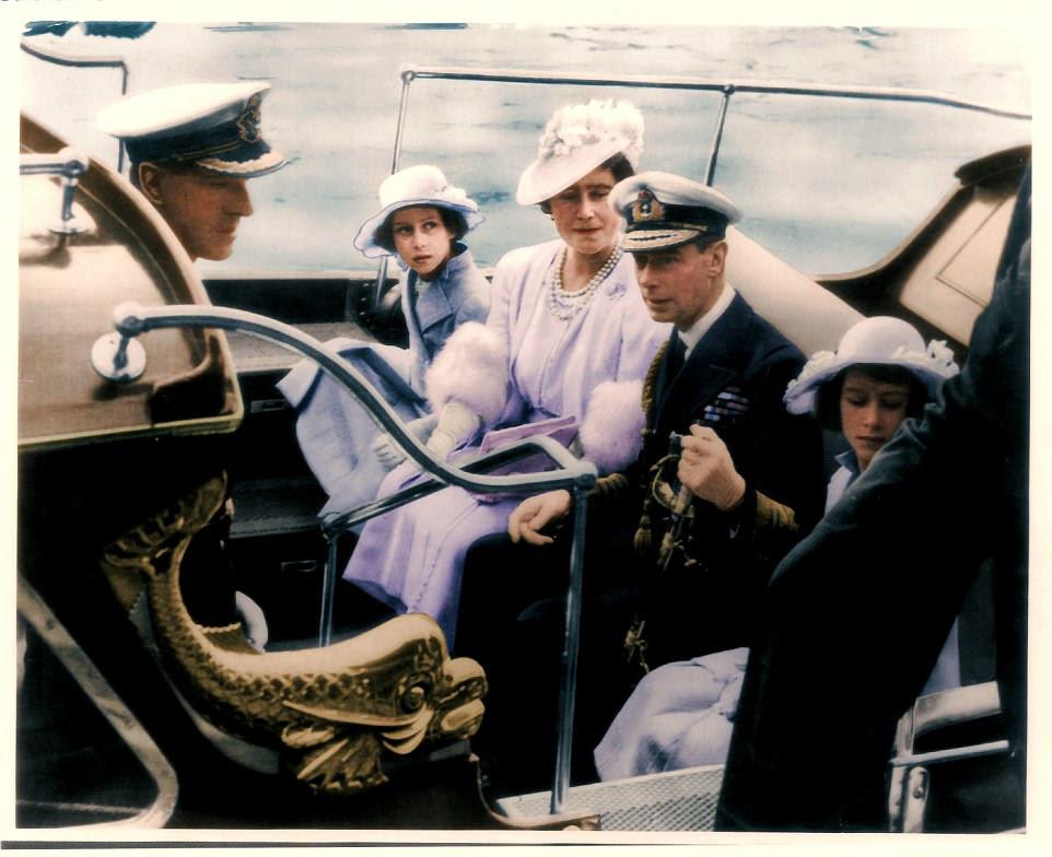 A Família Real chegando ao Royal Naval College em Dartmouth.  De esquerda para a direita: o príncipe Felipe da Grécia, a princesa Margaret, a rainha Elizabeth, o rei George VI e a princesa