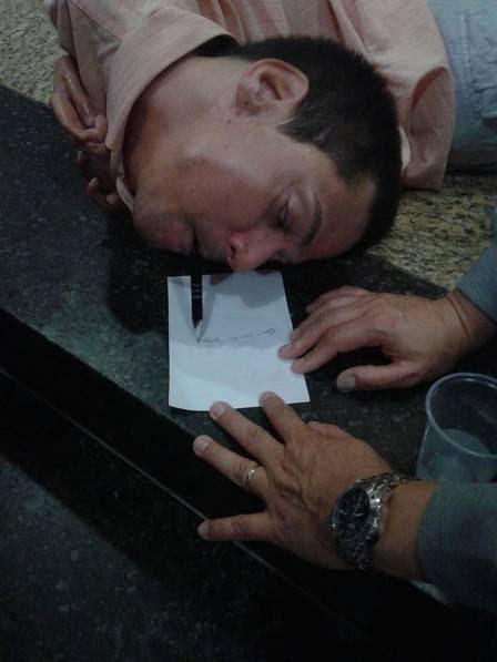 Claudio dá um autógrafo após uma palestra motivacional