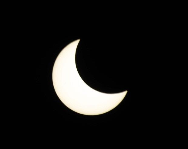 Parte do eclipse solar, fotografado em Tóquio (Foto: Kim Kyung-Hoon / Reuters)