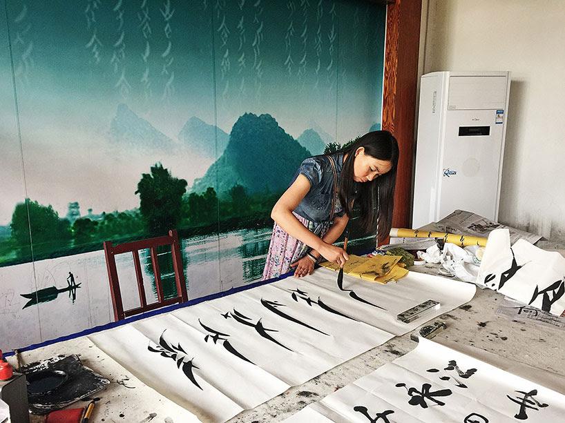Mujer escribiendo en nüshu