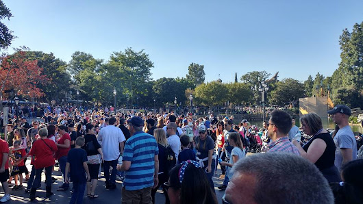 How to Deal With Crowds at Disneyland | heather-anne-world
