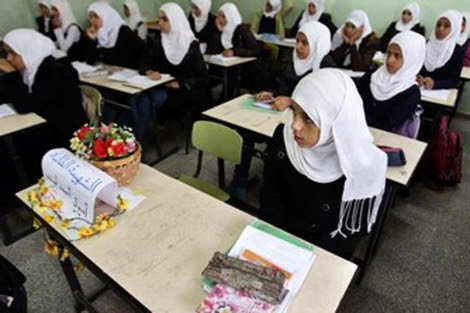 Chicas palestinas en una escuela de Gaza. | Reuters