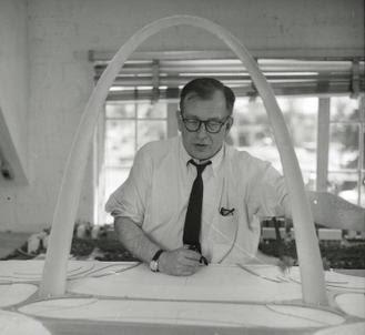 File:Eero Saarinen with Gateway Arch Model.jpg