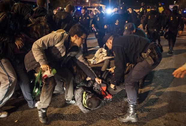 Homem é detido pela polícia em Madri ao tentar impedir saída de ônibus durante greve geral nesta quarta-feira (14) (Foto: Dani Pozo/AFP)