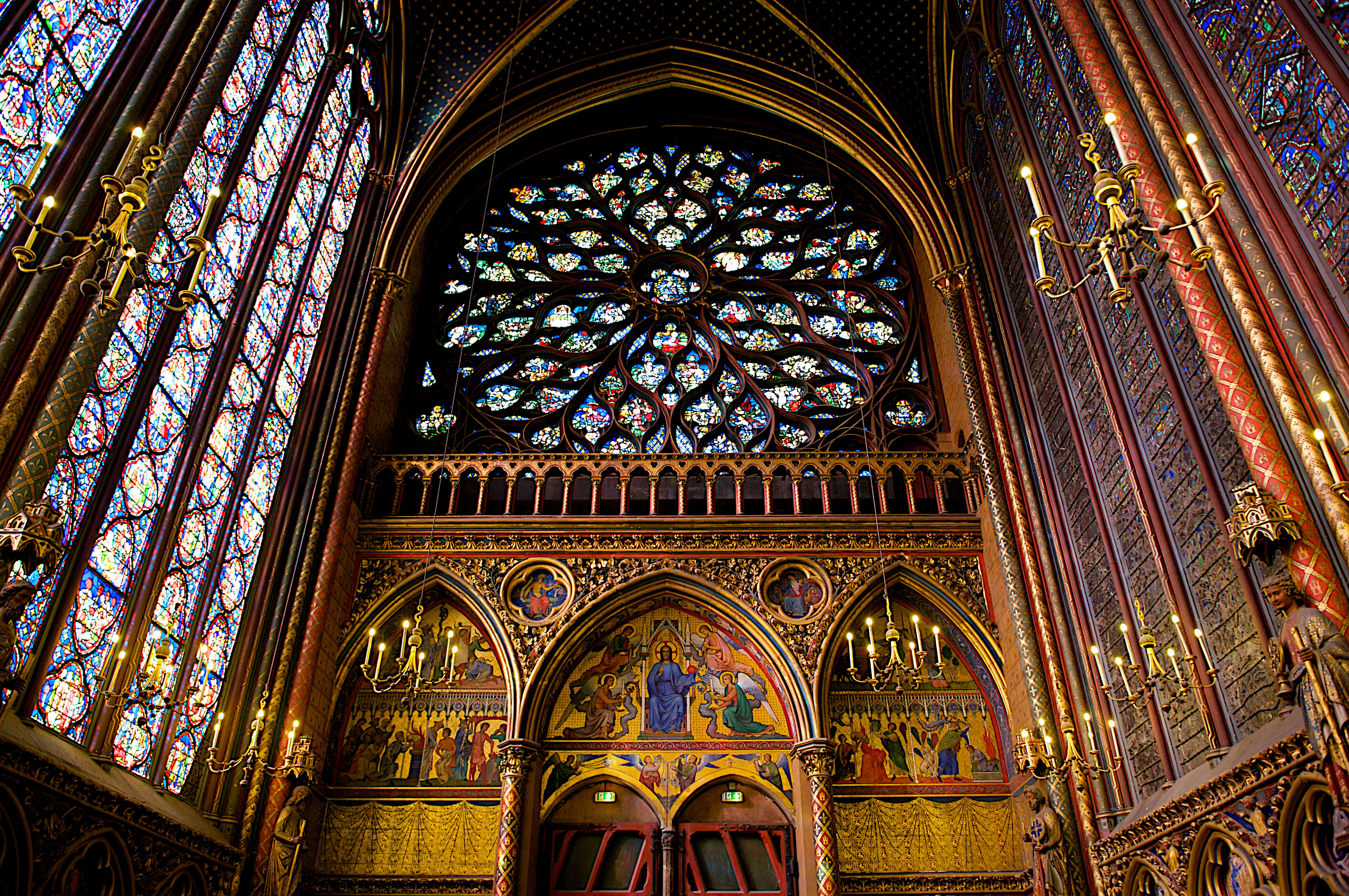http://upload.wikimedia.org/wikipedia/commons/c/c2/Interior_of_Sainte-Chapelle_(Paris_October_31,_2009).jpg