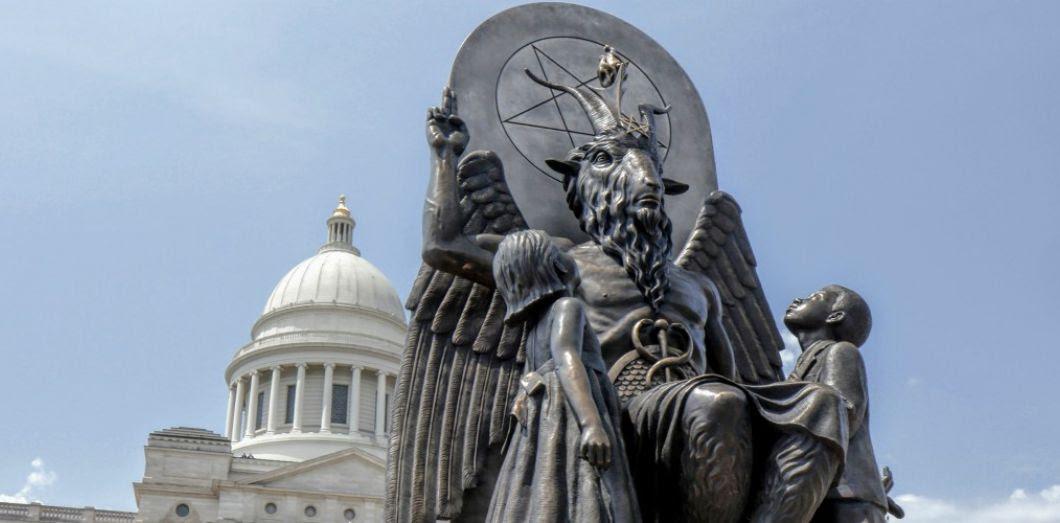 La statue de Baphomet réalisée par le Temple satanique devant le capitole de Little Rock en Arkansas, le 16 août 2018. Image tirée du documentaireHail Satan?. | Via Magnolia Pictures