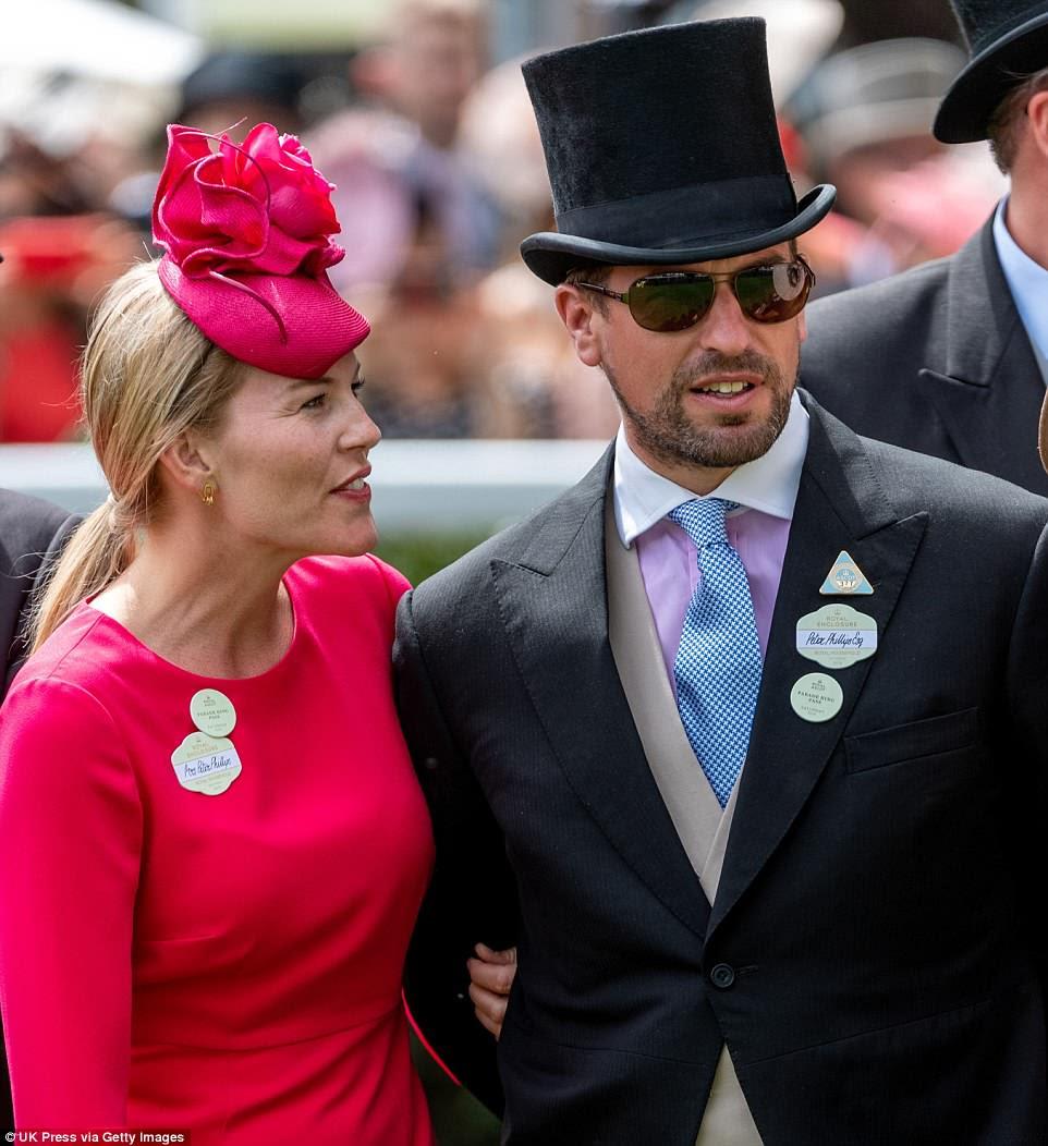 Peter Phillips e sua esposa, Autumn, estavam entre os milhares que apareceram nas corridas, onde a rainha foi calorosamente recebida por milhares de pessoas.