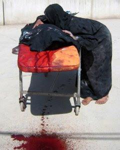 Una madre iraquí llora sobre el cuerpo de su hijo, muerto en Baquba, capital de la provincia de Diyala, el 4 de mayo de 2008.- AFP / STR