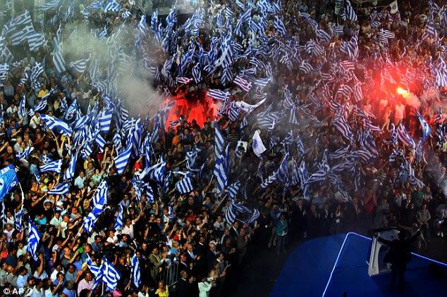 """Adulação: partidários Samaras """"animá-lo como ele ordenha o aplauso no palco (Samaras parte inferior direita na foto)"""