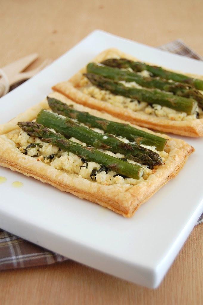 Asparagus and ricotta tarts / Tortinhas de ricota e aspargo