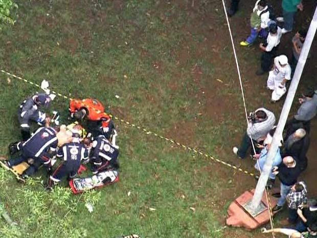 Bombeiros socorrem feridos em queda de helicóptero em São Caetano do Sul (Foto: Reprodução/TV Globo)