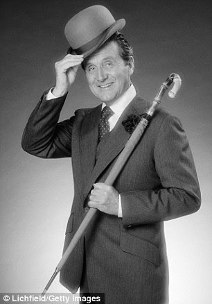 Patrick Macnee, who played John Steed in The Avengers, has died at the age of 93 at his home in California, according to a statement by his son