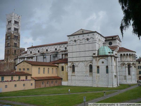 Vista trasera Catedral de San Marino (Lucca). De estilo renacentista, esta bella catedral alberga una rica decoración interior de obras entre otros de Tintoretto. Palabras clave (separadas por espacios) : catedral san marino lucca