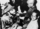 16 de abril. Fidel saluda en el Meridian Hill Park, en Washington a los ninos McNeill (9) y a su hermano Gary (5). Foto: Revolución.