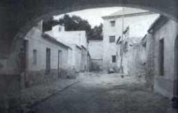 Foto en blanco y negro de una calle solitaria en un pueblecito levantino.