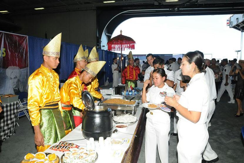 http://static.republika.co.id/uploads/images/inpicture_slide/prajurit-kri-diponegoro-365-yang-menyajikan-hidangan-berupa-nasi-_160807220035-667.jpg
